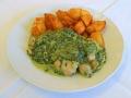 Kuřecí pečenky se špenátem a smetanou, opečené brambory