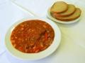 Mexický vepřový guláš s fazolemi, chléb